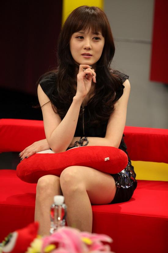 图文:张娜拉做客新浪-张娜拉身穿黑色短裙