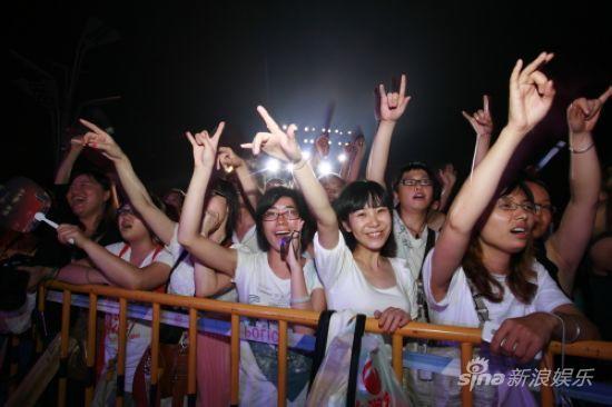 图文:活力岛第一天-热情的女歌迷
