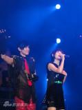 林俊杰成都开唱拥谢娜甜蜜唱《小酒窝》(组图)