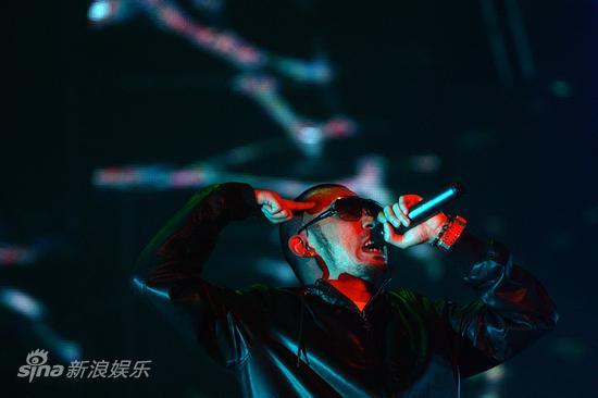 图文:张震岳北京演唱会-奇妙的光影效果