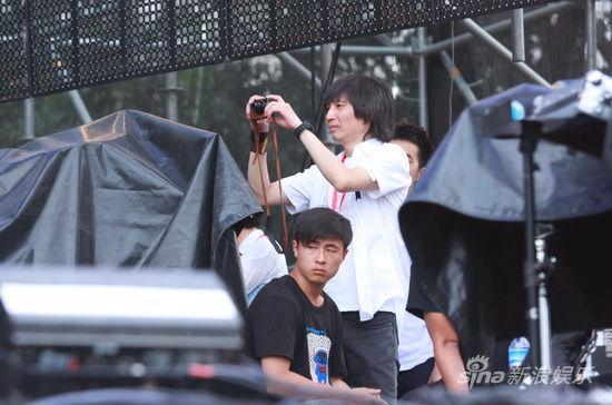 张亚东台下拍照