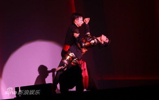 图文:李宇春演唱会-李宇春台上跳舞