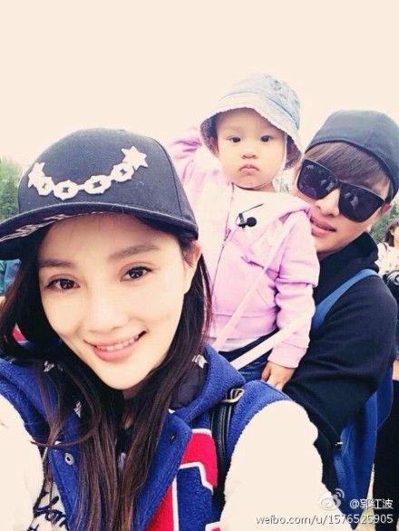 李小璐贾乃亮带女儿参加音乐节