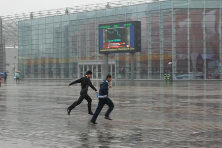 雨中世博园人少馆空,是参观的好天气