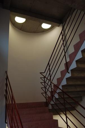 简单的墙面和楼梯,体现出建筑的内在力量