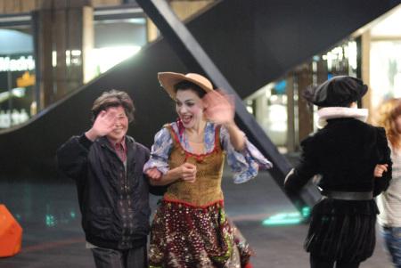 热舞一曲终了,腼腆的中国阿姨也像明星一样招手谢幕。