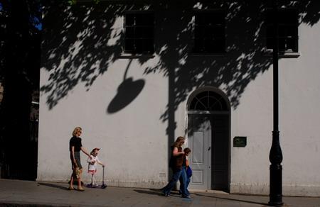 清晨的伦敦街头,浓密的树荫伴随着市民