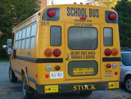 2006年,加拿大多伦多,法律保障校车拥有最高的路权。