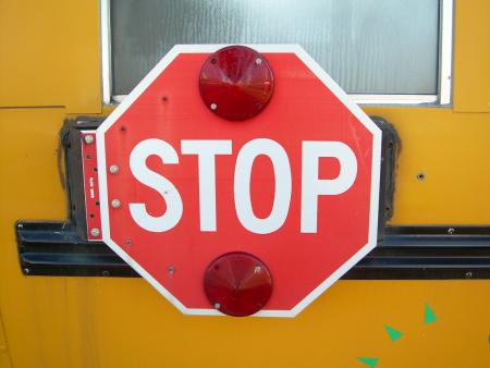 """这块八角形的""""STOP""""牌子在北美的道路上意味着最高路权"""