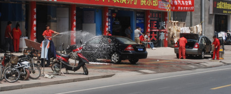 """2010年5月,上海,这种""""长期、公开、彻底""""的占道行为似乎被所有管理部门忽略。"""