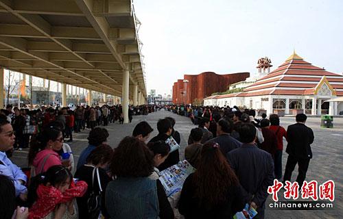 图:世博园区第四次试运行泰国馆前观众长龙