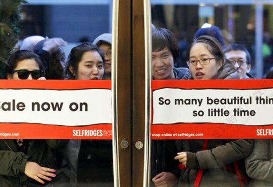 海外大型百货商店打折前门口等满了东方面孔的消费者