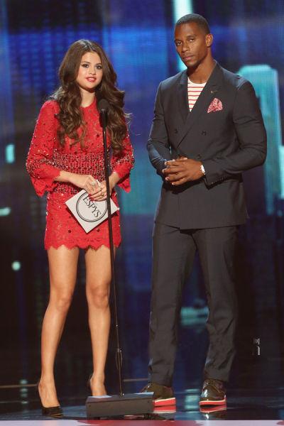 赛琳娜・戈麦斯 (Selena Gomez) 与Victor Cruz上台颁奖