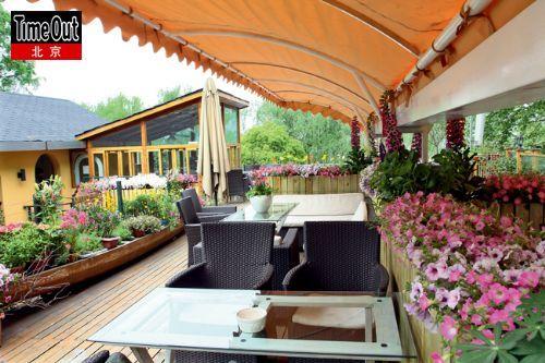柳湖小筑的花园设计也颇花心思,摆放花盆的架子竟是只旧船.