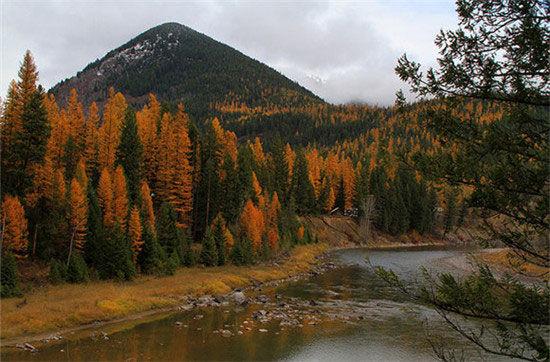 犹他州 宰恩国家公园   宰恩国家公园又名锡安国家公园,其位于科罗拉多高原、大盆地与莫哈维沙漠地区的交界处。公园内高大险峻的悬崖峭壁和峡谷,加上涓涓小溪的点缀,构成了一幅美丽的山水画。宰恩国家公园的红岩壁和砂岩峡谷从任何一个角度欣赏都十分震撼。若能攀登砂岩顶部,您将一览峡谷岩壁、松林,以及远处崎岖山峰的壮丽景色。   马里兰、弗吉尼亚和西弗吉尼亚州交界处 哈珀斯费里国家历史公园 马里兰、弗吉尼亚和西弗吉尼亚州交界处 哈珀斯费里国家历史公园