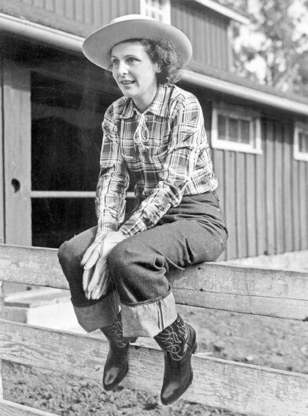 这张照片展示的是1939年的莱尼・里芬施塔 尔,她是一名纳粹宣传者,正是因为她对度假 农场的沉迷,加速了女款李维斯的出现。