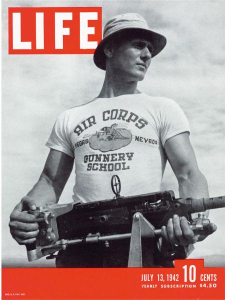 1942年7月13日的《生活》杂志封面,它展示了一件早期 的图案T恤。