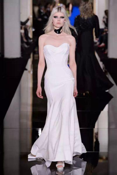▲Versace高级定制礼服,流线型的抹胸设计更具摩登气息。
