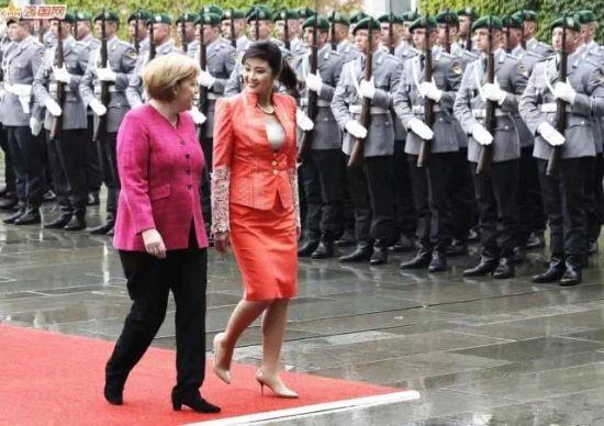 对于英拉大姐和默克尔大妈在德国欢愉相聚的画面,我实在分辨不出哪位更不忍直视了……