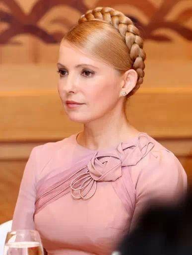 """看似朴素的乌克兰""""乡村女教师""""钟爱的几件白色外套,可谓价格不菲,单价均超过4200美元(约人民币26000元)。"""
