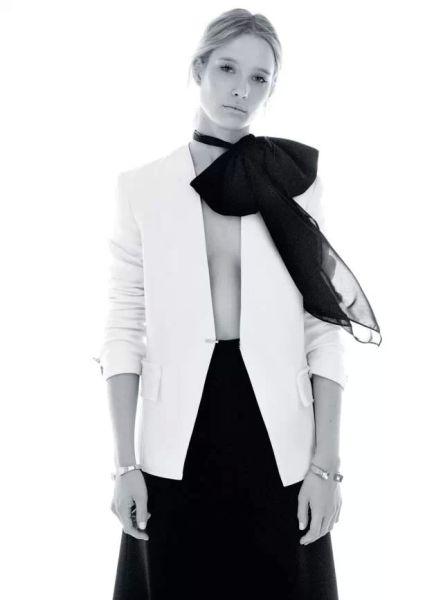 """高科技松紧棉质外套、黑色弹力高科 技华达呢长裤 Lanvin 双绉领结 Max Mara """"Os""""镶金银手镯、""""DeuxClous"""" 金银手镯 Saint Laurent byHedi Slimane"""