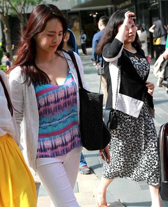街拍:那些高胸长腿的美女们 性感们 长腿 街拍美女男性锁骨图片