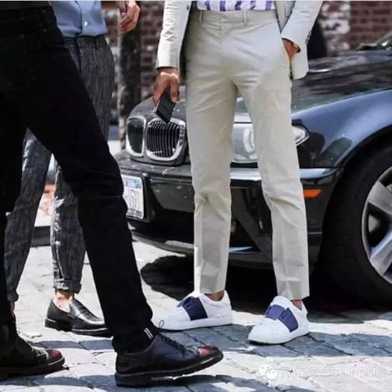 又到了运动鞋搭配西装的季节