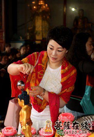 护法居士欢喜浴佛(图片来源:菩萨在线 摄影:妙雪)