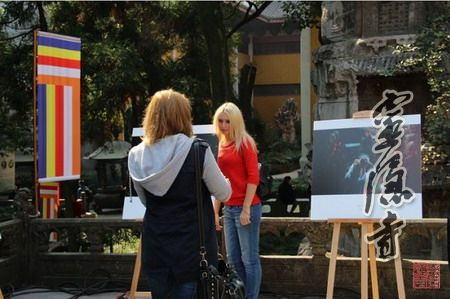 游客们在观赏摄影展