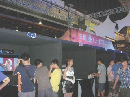 观看比赛之外,赛场内还有专用的游戏体验台让观众放松一下。旁边站着的漂亮妹子也可以试试搭讪……