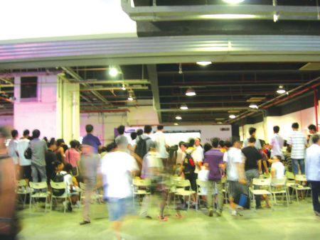 副舞台上,Th000战胜Sk获得了决赛资格,二台下围观的群众则摇头、叹息、散去