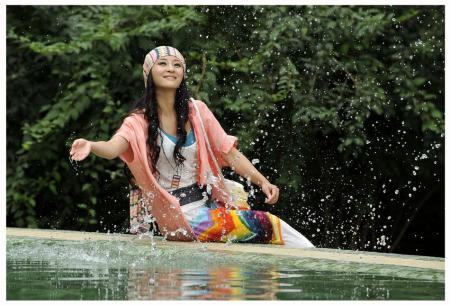 吴亚桥挑战多重色彩青春靓丽