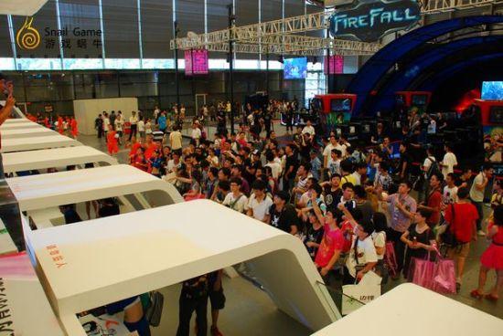 异常火爆的蜗牛一号展台,挤满了观看表演的玩家。