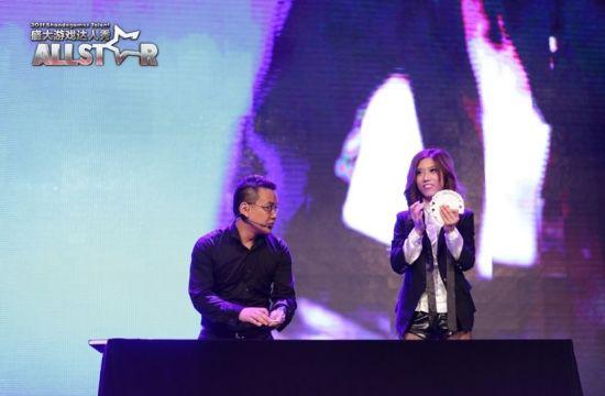 (图2)  邵美玲和制作人共同表演魔术