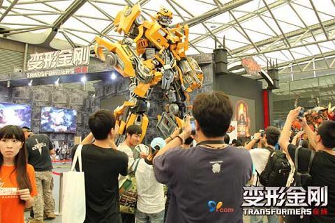 由孩之宝(NASDAQ:HAS)公司打造的高达7.4米的大黄蜂