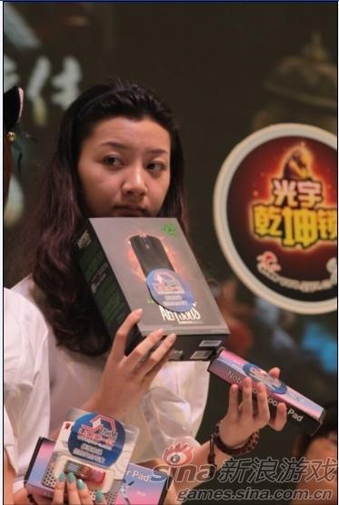 在光宇展台上,showgirl展示优逸提供的礼品引起玩家的一阵追逐