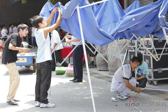 展馆门口N多工作人员在搭建