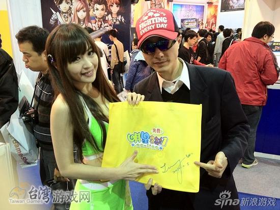 粉丝拿到SG签名的赠品时,雀跃的心情都写在脸上_台湾游戏网