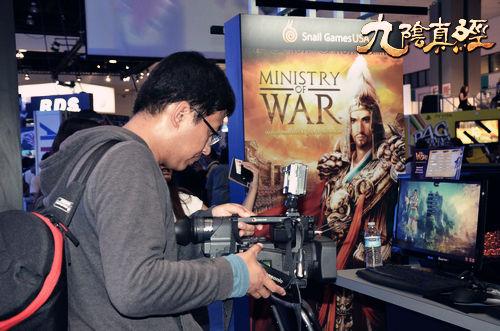 媒体记者用镜头记录九阴真经的游戏体验过程