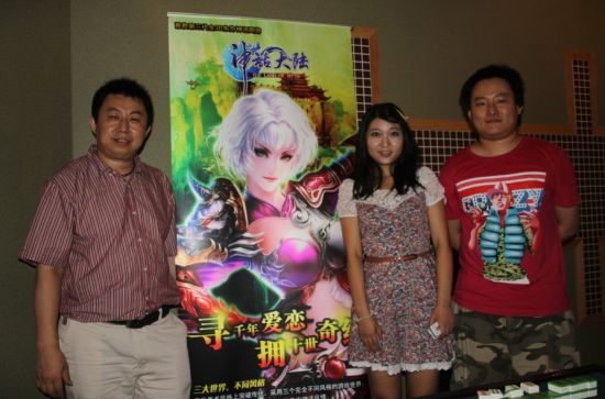 哆可梦公司副总经理陈家斌(左一)