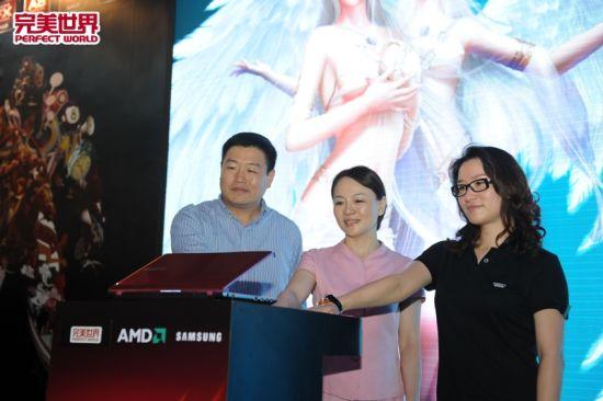 完美世界副总裁王雨云女士(右一)亲临发布会现场