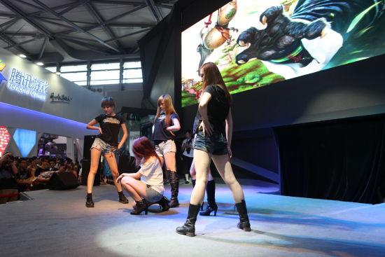 美女们的精彩舞蹈烘托现场气氛