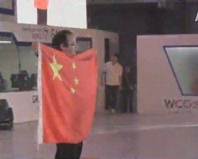 Ted获得冠军举起国旗