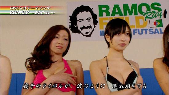 摇杆甩动 日本女优集体穿泳装玩《FIFA 13》 (10)