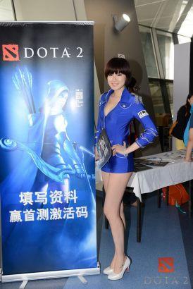 图09 DOTA2展台美女等待玩家参与活动