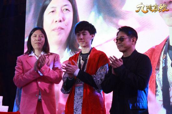 李连杰和石海亲自为武林大会世界总冠军秦鬼颁发荣誉证书和百万奖金