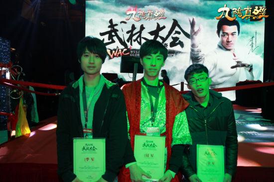 冠亚季军3名选手,秦鬼,莫寂离和蓝零在台下进行合影