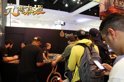 E3现场玩家排队领取周边