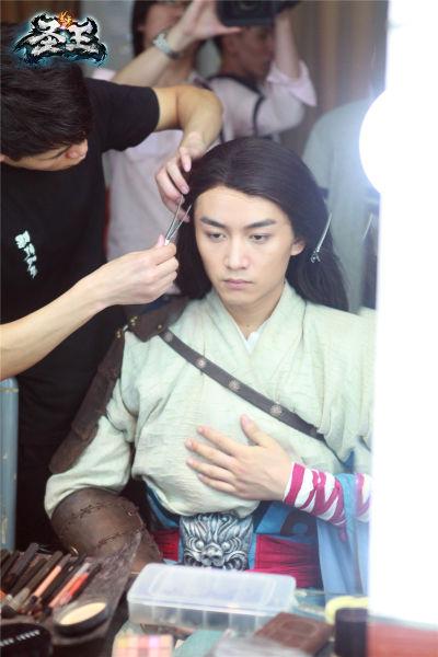 (图1)化妆师在为陈晓化妆