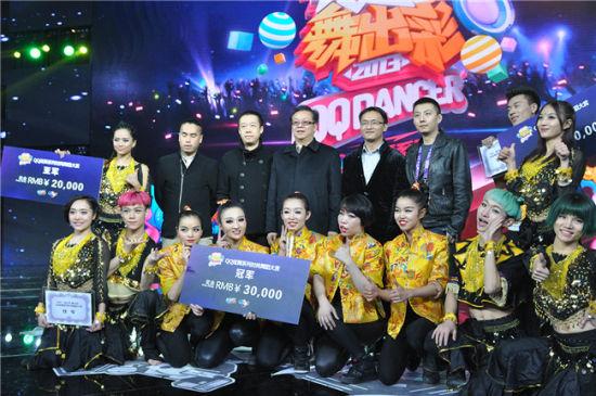中国舞蹈家协会冯双白、罗斌为选手颁奖